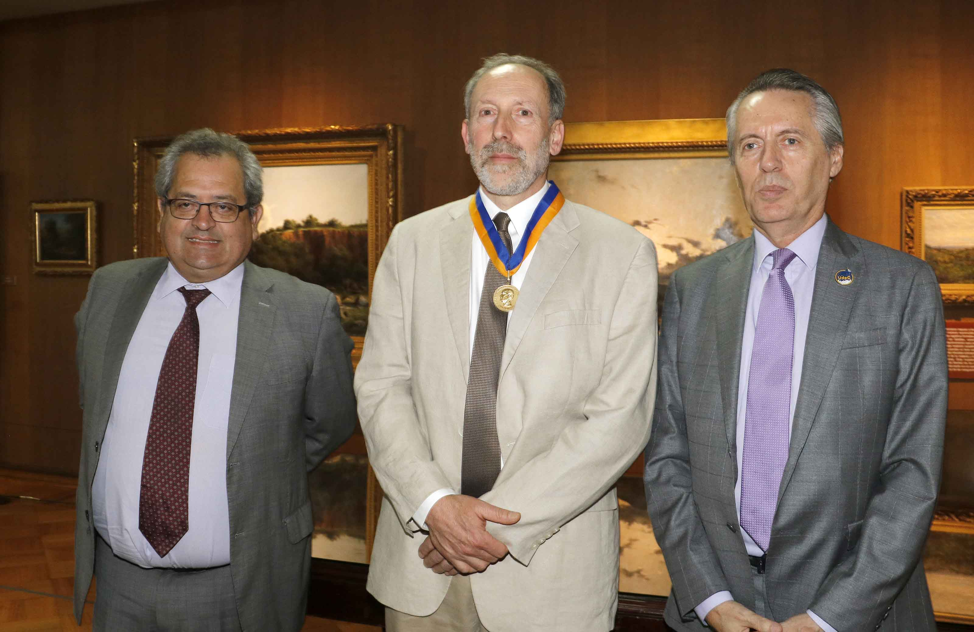 Académico e investigador de los recursos hídricos John Selker recibió la Medalla Centenario