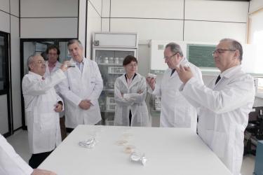 Rector visitó laboratorios de Bioforest