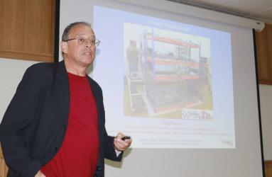 Investigador español expone sobre rayos cósmicos e instrumentos para su medición